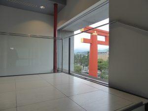 京都国立近代美術館で行われているポールスミス展を見た、外には平安神宮の鳥居が見える