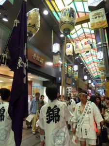 錦市場で祇園祭の八坂神社の神事に遭遇