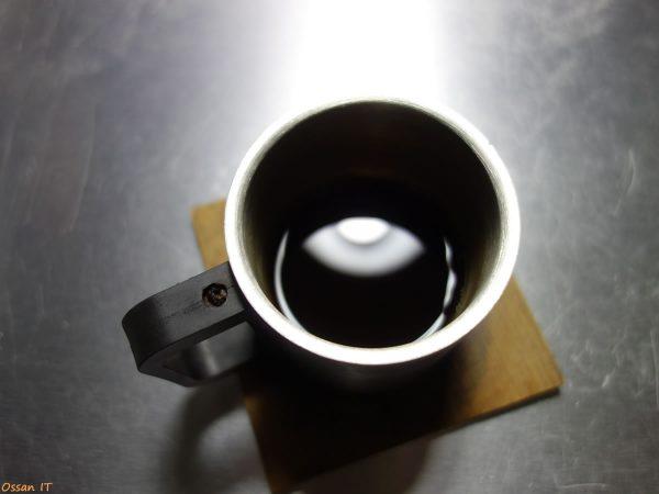 コーヒーカップにピントが合ってしまいライトがぼやけている画像