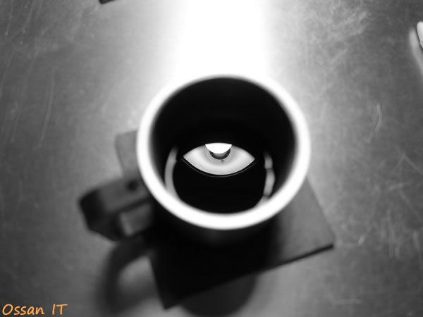 机上のコーヒーカップ中のライト、モノクロ版