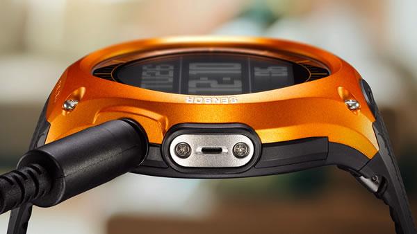 カシオ「WSD-F10」充電はマグネット装着の非接触式の図