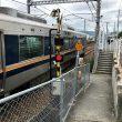 踏切上で止まってしまっているJR列車