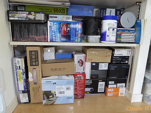 空き箱や使わなくなった機器類の棚